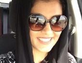 بالفيديو..سعودية تغامر على حدود المملكة وتسعى لكسر قانون منع القيادة