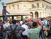 طلاب الإخوان بجامعة القاهرة يرفعون مشانق رمزية بمسيرتهم