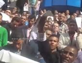 """بالفيديو..حملة الماجستير يشعلون النيران فى شهاداتهم خلال وقفتهم أمام """"الصحفيين"""""""