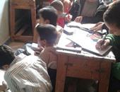 طلاب مدرسة الزوامل الإعدادية فى بلبيس يجلسون على الأرض لعدم وجود مقاعد