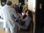 رانيا يوسف بالنظارة السوداء على دكة  بمحكمة عابدين فى انتظار حكم نفقة