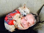 بالصور.. لقطات خاصة تجمع بين الكلاب وأحبائهم.. الحب يعمل أكتر من كده