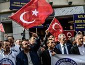 بالصور.. الأتراك يتظاهرون ضد سياسة روسيا فى سوريا أمام القنصلية الروسية بأسطنبول