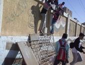 """التعليم: دهان سور مدرسة بعد شكوى أولياء الأمور من انتشار """"إعلانات سحر"""""""