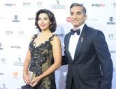 """بالصور. باسم يوسف وزوجته على السجادة الحمراء قبل تقديمه حفل جوائز """"إيمى"""""""