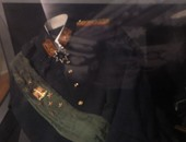 """بالفيديو والصور.. دماء السادات حاضرة فى بدلته العسكرية بعد 34 عاما من اغتياله.. السيدة جيهان تهدى مكتبة الإسكندرية مقتنياته ووثائق أرسلها لمجلس الأمة.. و""""الروب والبايب والنظارة"""" أهم متعلقاته الشخصية"""