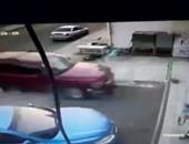 بالفيديو.. حادث مروع لسيارة تقتحم أحد صالونات الحلاقة فى مكة المكرمة