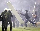 متظاهرون يونانيون يلقون قنابل حارقة باتجاه السفارة الأمريكية في أثينا