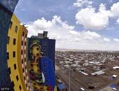 بحثاً عن جينيس.. رسام يضع لمسة فنية على بيوت الفقراء بأمريكا الجنوبية