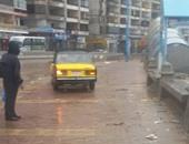 صحافة المواطن.. تاكسى يسير على الرصيف بعد غرق شوارع الإسكندرية بمياه الأمطار