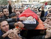 بالصور.. المئات يشيعون شابا فلسطينيا استشهد على يد جنود الاحتلال قرب الخليل