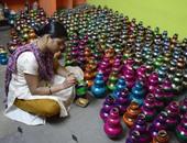 """بالصور.. فنانون يبدعون بالرسم على الفخار استعدادا لمهرجان """"ديوالى"""" بالهند"""