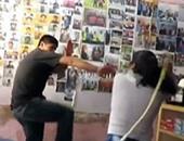 امرأة بيروفية تضرب زوجها بالسوط على الملأ بسبب خيانته لها