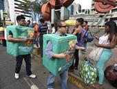بالصور.. شعب فنزويلا يتظاهر بسبب نقص المنتجات فى الأسواق بعلب البامبرز والقهوة