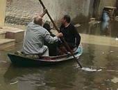 صحافة مواطن.. أهالى بإدكو يستقلون قارب بعد غرق الشوارع بمياه المطر