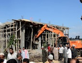 بالصور.. محافظ كفر الشيخ يشرف على إزالة منزل بالأراضى الزراعية
