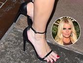 جيسيكا سيمبسون تثير الجدل بارتدائها حذاء صغيرا جعل قدميها تلامس الأرض