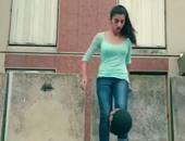 بالفيديو.. فتاة تتألق وتنافس كبار كرة القدم