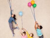 بالصور.. مجموعة صور لأطفال يعرضون قواهم الخارقة على أرضية المنزل
