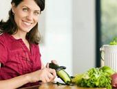 الخيار ومفعوله السحرى لبشرتك وصحتك.. يحتوى على 90٪ ماء ويعمل مضادًا للجفاف.. وفيتاميناته تنظم مستويات ضغط الدم فى الجسم.. ويساعد على فقدان وزنك.. ويحارب أنواع مختلفة من السرطانات