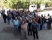 تظاهر عمال المقاولون أمام مبنى محافظة المنوفية بعد تغيير المسمى الوظيفى