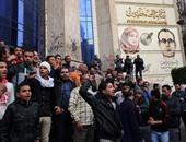 """متظاهرون يتجمعون أمام """"الصحفيين"""" ويهتفون ضد الشرطة"""
