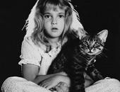 """صورة نادرة لـ""""درو باريمور"""" تحتضن قطتها أيام الطفولة"""