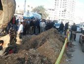 بالصور..انفجار ماسورة مياه وتوقف حركة السير بشارع عبد السلام عارف بالمنصورة