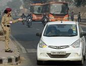 بالصور.. الهند تطلق مبادرة جديدة لتنظيم سير السيارات فى نيودلهى للتغلب على التلوث