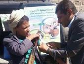 السلاح فى يد والتطعيم فى أخرى.. صورة ترسم معاناة أطفال اليمن