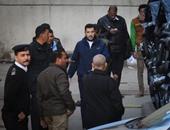 """بالصور.. وصول إسلام بحيرى المحكمة لحضور الرد فى الاستشكال على حبسه بـ""""ازدراء الإسلام"""""""