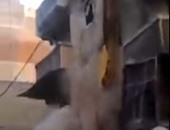 نشطاء يتداولون فيديو لحظة انهيار عقار كامل بمنطقة فيكتوريا بالإسكندرية