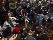 الأمن اللبنانى يحذر المتظاهرين من الدخول للسراى الحكومى ويطالبهم بالانسحاب
