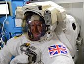 بث مباشر.. أول رائد فضاء بريطانى يقوم بمهمة السير فى الفضاء