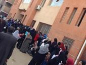 صحافة المواطن: بالصور.. زحام أمام مكتب تموين بنها لصعوبة استخراج البطاقات