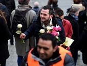 """بالصور: اللاجئون يواجهون الحرب ضدهم بالحب..السوريون يطوفون شوارع """"كولون"""" لتبرئة أنفسهم من تهمة الاعتداءات الجنسية..ويوزعون بقات الزهور ويعزفون الموسيقى..ويؤكدون: """"نحترم النساء وعادات المجتمع الألمانى"""""""