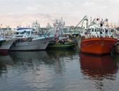 وصول مركب صيد ميناء الأتكة بعد مصرع صياد من طاقمها فى إطلاق رصاص بالبحر الأحمر