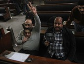 """بالصور.. أحد أنصار مبارك للمتواجدين بجلسة قتل المتظاهرين: """"كل طرق النهضة مبارك"""""""