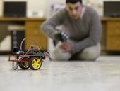 طلاب فلسطينيون يبتكرون سيارات كهربائية ذكية تتحكم فيها بالإشارة