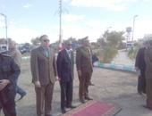 بالصور.. محافظ الوادى الجديد ومدير الأمن يضعان الزهور على نصب شهداء الشرطة