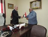 بالصور.. مدير أدمن دمياط يحتفل مع الأهالى بعيد الشرطة