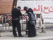 بالفيديو.. الأمن يشتبه فى فتاة منتقبة.. صورت قوات الأمن فى الهرم