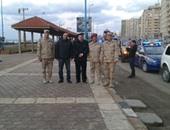 أهالى الإسكندرية يشاركون الجيش والشرطة الاحتفال بذكرى الثورة رغم الطقس السيئ