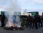 بالصور.. مزارعون يوسعون حملة إغلاق الطرق الرئيسية فى اليونان