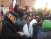 مواطنون يغادرون محيط ميدان التحرير بعد احتفالهم بذكرى ثورة 25 يناير