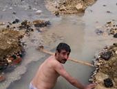 بالصور.. صفحات تحتفى بعامل بشركة مياه بالمقطم خلع ملابسه لحل مشكلتهم
