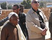 محافظ أسوان يتفقد قرية غرب سهيل بعد سقوط كتل صخرية بها