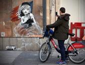 """""""بانكسى"""" يواصل انحيازه للاجئين ويرسم جدارية مستوحاة من البؤساء"""