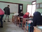 انهيار طالبة بالثانوية لعدم عثورها على رقم الجلوس وحرمانها من الامتحان ببلبيس