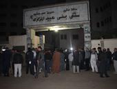 بالصور.. الأهالى يتجمهرون أمام مستشفى بنى عبيد لمقابلة محافظ الدقهلية